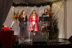 LA POLONIA, SOPOT - 14 DICEMBRE 2014: Un gruppo di giovani sconosciuto esegue le canzoni cattoliche di Natale Fotografia Stock Libera da Diritti