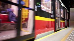 LA POLONIA, VARSAVIA 9-11-2018: Sottopassaggio Un treno arriva alla stazione archivi video