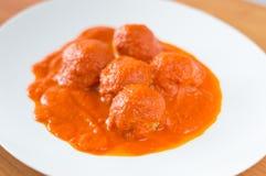 La polpetta casalinga polacca ha chiamato in Polonia come pulpety con salsa al pomodoro Fotografie Stock