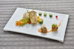 La polpetta con le verdure calcina il cucucmber sulla piastrina bianca in asiatico fotografia stock