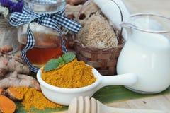 La polvere della curcuma con miele ed il latte per sfregano Fotografie Stock Libere da Diritti