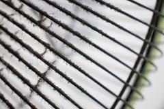 La polvere e la sporcizia attaccano sulla pulizia aspettante della copertura di fan Immagini Stock