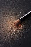 La polvere sparsa e compone la spazzola Fotografia Stock