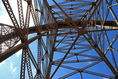 La Polvorilla高架桥, Tren在阿根廷西北部的Las Nubes, 免版税库存照片