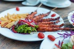 La pomme de terre fait frire avec des crevettes roses de friture, salade de laitue Au-dessus du fond en bois Photos libres de droits
