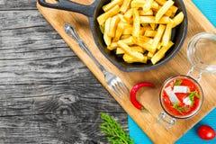 La pomme de terre fait frire avec des morceaux de poivre de piment sur le plat et les tranches blancs d'harengs norvégiens mariné Images libres de droits