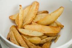 La pomme de terre fraîchement cuite au four coince pour approvisionner à un événement d'entreprise Photo libre de droits