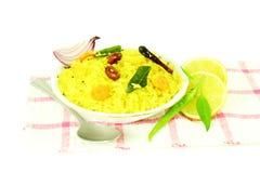 La pomme de terre Poha ou le pova de batata a soufflé plat indien battu de petit déjeuner de riz Images libres de droits