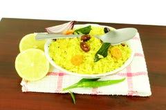 La pomme de terre Poha ou le pova de batata a soufflé plat indien battu de petit déjeuner de riz Photographie stock