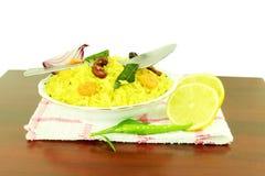 La pomme de terre Poha ou le pova de batata a soufflé plat indien battu de petit déjeuner de riz photos libres de droits