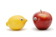la pomme observe le lmon drôle Images stock