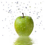 la pomme relâche le blanc d'isolement vert frais de l'eau Photo libre de droits