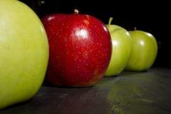 La pomme rouge se tient  Photographie stock