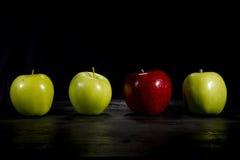 La pomme rouge se tient  Photo stock