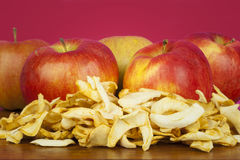 La pomme sèche découpe l'ââon en tranches une table Image stock