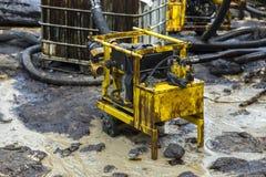 La pompe à huile évacuent le pétrole brut renversé sur la plage photo libre de droits