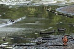 La pompe à huile imbibée en pétrole brut s'est renversée sur la plage photos libres de droits