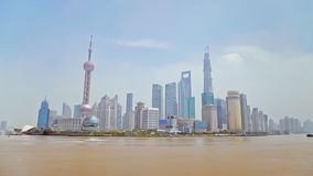 La porcelaine de Changhaï 10 septembre 2013, Timelapse des bateaux croise le fleuve Huangpu à Changhaï, Chine Vue de la digue clips vidéos