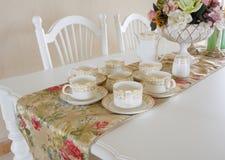 la porcelaine met en forme de tasse la table photo stock