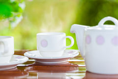La porcelana blanca fijó para el té o el café en la tabla de madera Imagen de archivo