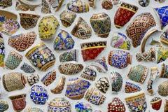La porcelana quebrada adorna en la pared Textura del fondo de la porcelana Foto de archivo