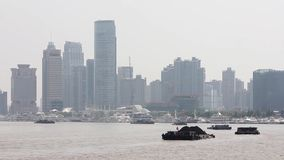 La porcellana di Shanghai 10 settembre 2013, barche attraversa il fiume Huangpu a Shanghai, Cina Vista dalla diga video d archivio