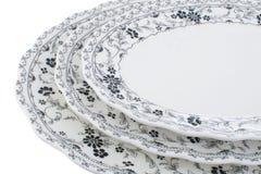 La porcellana ha messo con un modello monocromatico dei fiori su un fondo bianco Fotografia Stock