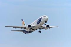 La PORCIÓN carga Boeing 737 Imágenes de archivo libres de regalías