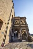 La porción de ayuntamiento histórico de Historisches Rathaus con confeti se fue detrás después de una celebración acertada foto de archivo libre de regalías