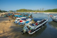 La porción de barcos de la velocidad y los barcos de la cola larga anclados en el Nopparat Thara varan en la provincia de Krabi T Foto de archivo