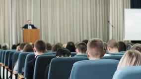 La porción de gente que se sienta en un seminario da una conferencia y las conferencias almacen de metraje de vídeo