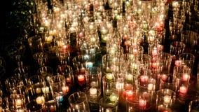La porción de hierba y la luz del fuego de la vela flamean foto de archivo libre de regalías
