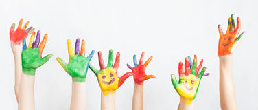 La porción de manos pintadas aumentó para arriba, el día de los niños Fotografía de archivo libre de regalías