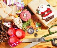 La porción de materia para los regalos hechos a mano, tijeras, cinta, papel con el modelo del campo, alista para el concepto del  Foto de archivo libre de regalías