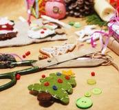 La porción de materia para los regalos hechos a mano, tijeras, cinta, papel con el modelo del campo, alista para el concepto del  Fotos de archivo