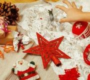 La porción de materia para los regalos hechos a mano, tijeras, cinta, papel con el modelo del campo, alista para el concepto del  Fotografía de archivo libre de regalías