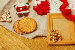 La porción de materia para los regalos hechos a mano, tijeras, cinta, papel con el modelo del campo, alista para el concepto del  Imagen de archivo libre de regalías