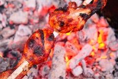 La porción de piernas de pollo frió en el pincho Imagenes de archivo