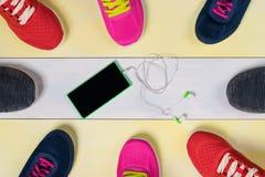 La porción de zapatos se está colocando alrededor en el piso en el centro de la música para los deportes Fotografía de archivo libre de regalías