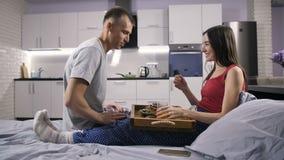 La porción del marido que cuida desayuna en la cama para la esposa almacen de metraje de vídeo