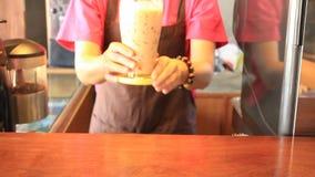 La porción heló té tailandés de la leche metrajes