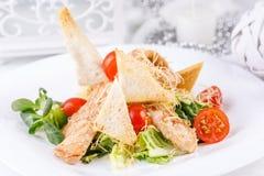 La porción original de la ensalada César con los cuscurrones curruscantes deliciosos imagen de archivo