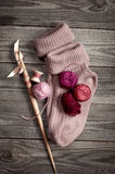 La porpora ha tricottato i calzini con una palla delle tonalità del filato del rosa Immagini Stock Libere da Diritti
