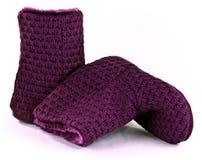 La porpora kniteed gli stivali della pantofola Fotografia Stock