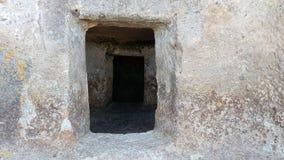 La porta ad una tomba neolitica nella necropoli di Montessu Fotografie Stock Libere da Diritti