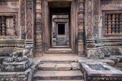 La porta al tempio nella giungla Banteay Srei Immagine Stock