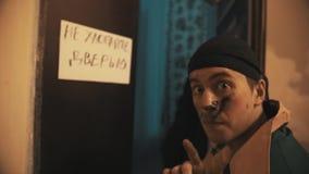 La porta aperta dell'uomo invecchiata mezzo divertente sporco del lavoratore, segno di manifestazione non sbatte la porta video d archivio