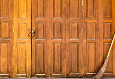 La porta bloccata con la vecchia scopa Fotografia Stock Libera da Diritti