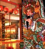 La porta cinese, angeli custodi ha stampato sulla porta cinese del tempio Immagini Stock