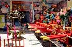 La porta cinese del tempio inbandiera l'urna del joss ed il ritratto Pattani Tailandia di re fotografia stock